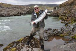 Páll Magnússon með fyrsta lax sumarsins 2011 úr Blöndu, 12 punda hrygnu. Páll sagði í …