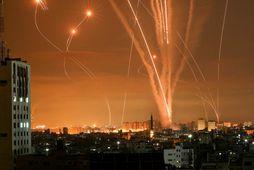 Eldflaugar lýsa upp næturhimininn á Gaza-svæðinu.
