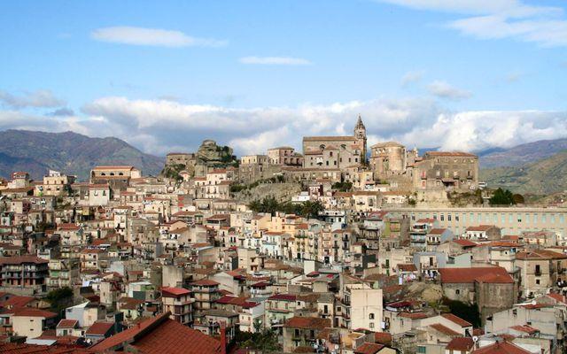 Um 900 eignir í bænum Castiglione di Sicilia á Sikiley eru falar fyrir lítinn pening.
