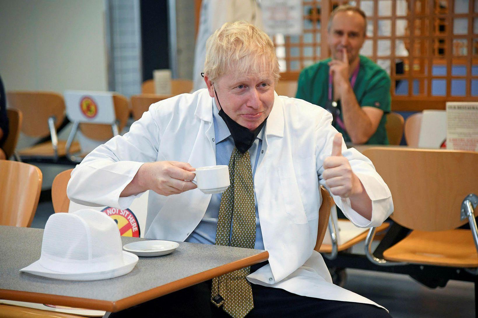 Boris Johnson, forsætisráðherra Bretlands, hefur hér tekið niður grímuna til …