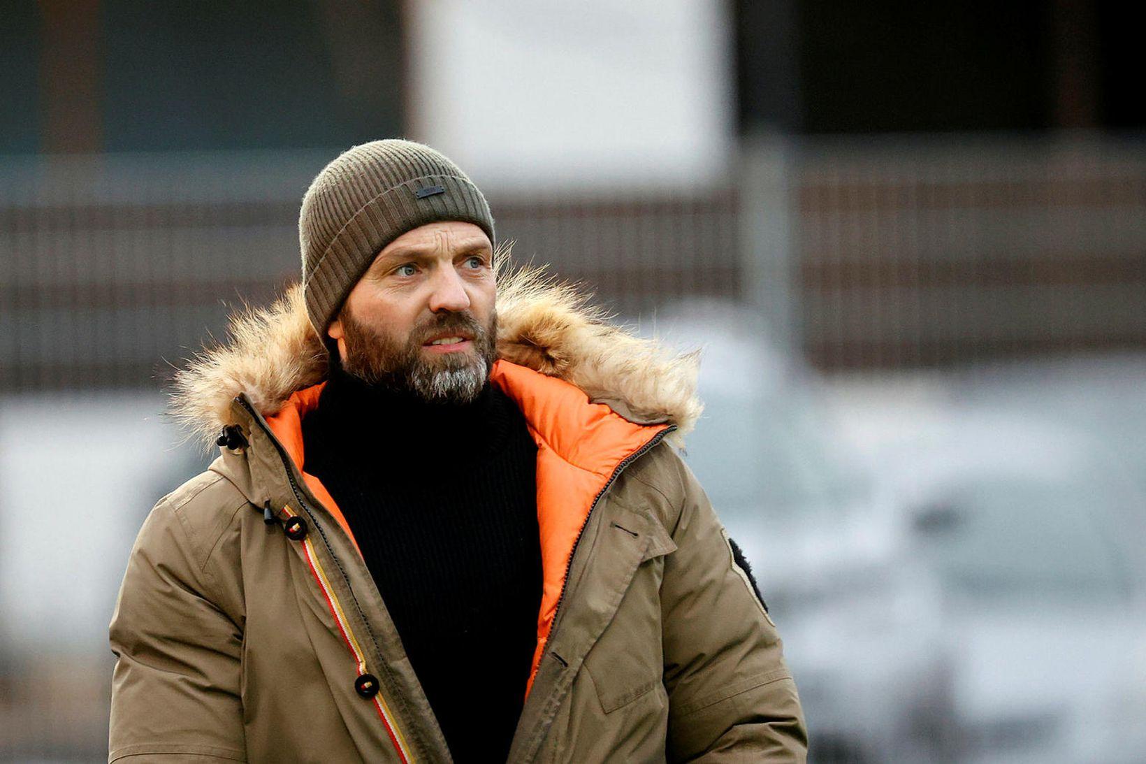Arnar Gunnlaugsson fylgist með sínum mönnum í leik Víkings og …