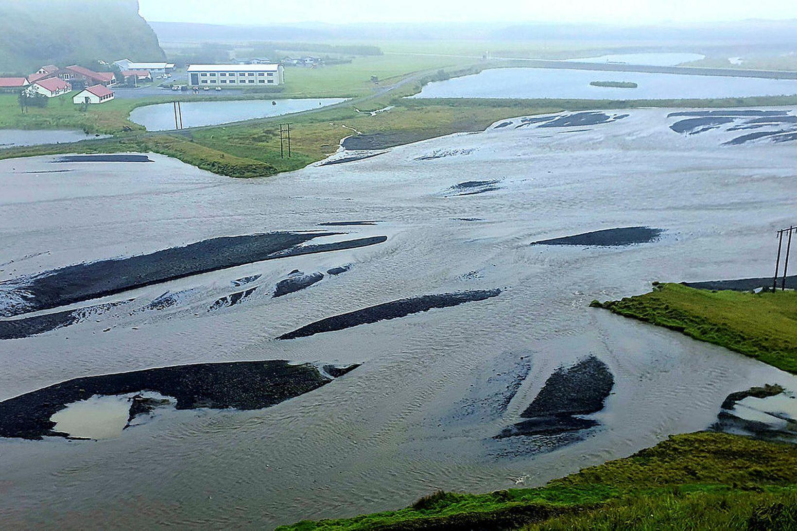 Mikið vatn rann um Kerlingardalsá.