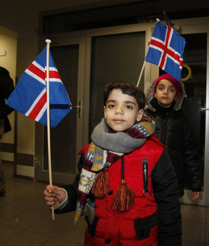 Við komuna til Akureyrar. Vel var tekið á móti fjölskyldunum fjórum.