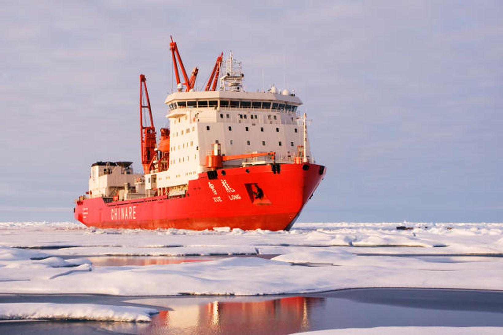 Kínverski ísbrjóturinn Snædrekinn sem Sigldi frá Kína til Íslands norður …
