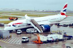 Fragtvél Brtish Airways af gerðinni Boeing 767 Dreamliner hafnaði á nefinu á flugbraut á Heathrow-flugvelli …