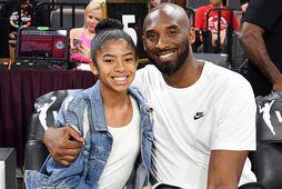 Körfuknattleiksmaðurinn Kobe Bryant ásamt dóttur sinni Gianna - en þau létust bæði í þyrluslysi í …