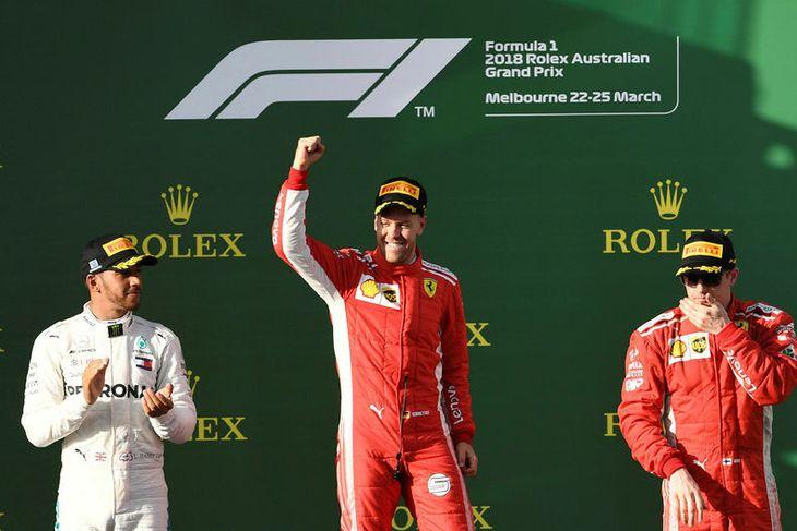 Fyrstu þrír á palli, Sebastian Vettel fagnar sigri með Lewis Hamilton sér til hægri handar ...