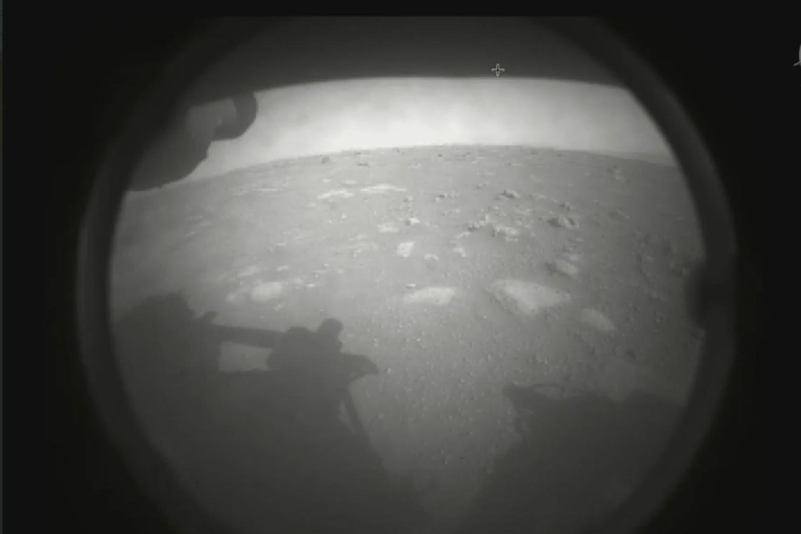 Fyrsta myndin sem Perserverance tók á nýrri heimaplánetu sinni, Mars.