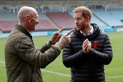 Prince Harry á spjalli við fyrrverandi ruðningsleikmanninn Gareth Thomas. Harry hefur verið dyggur talsmaður ruðningsíþróttarinnar …
