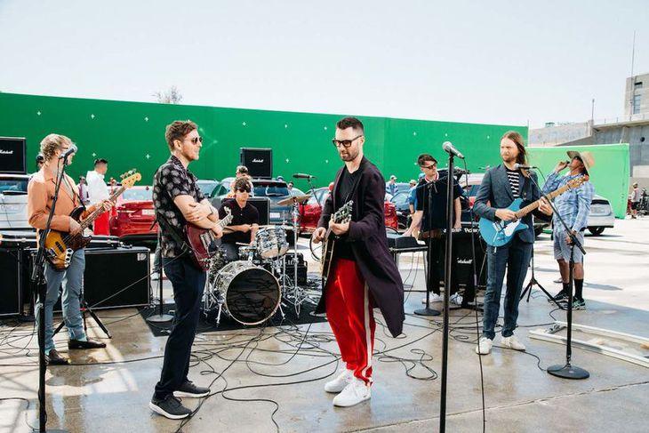"""Maroon 5 tekur upp eitt alvinsælasta lag Marley og The Wailers, reggílagið """"Three Little Birds"""" ..."""