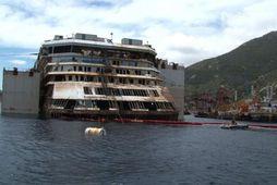 Farþegarnir skoða Costa Concordia