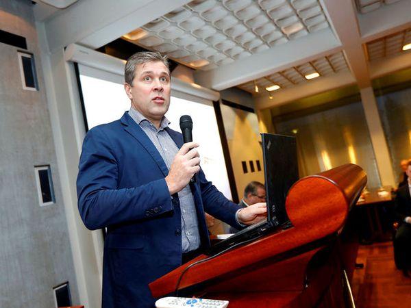 Bjarni Benediktsson presenting the government's tax and wage plan last night.