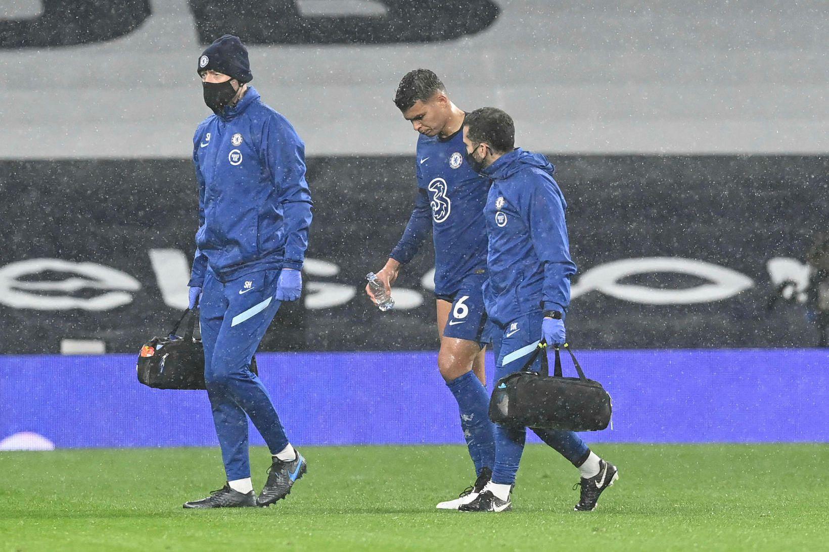 Thiago Silva röltir meiddur af velli í leiknum við Tottenham …