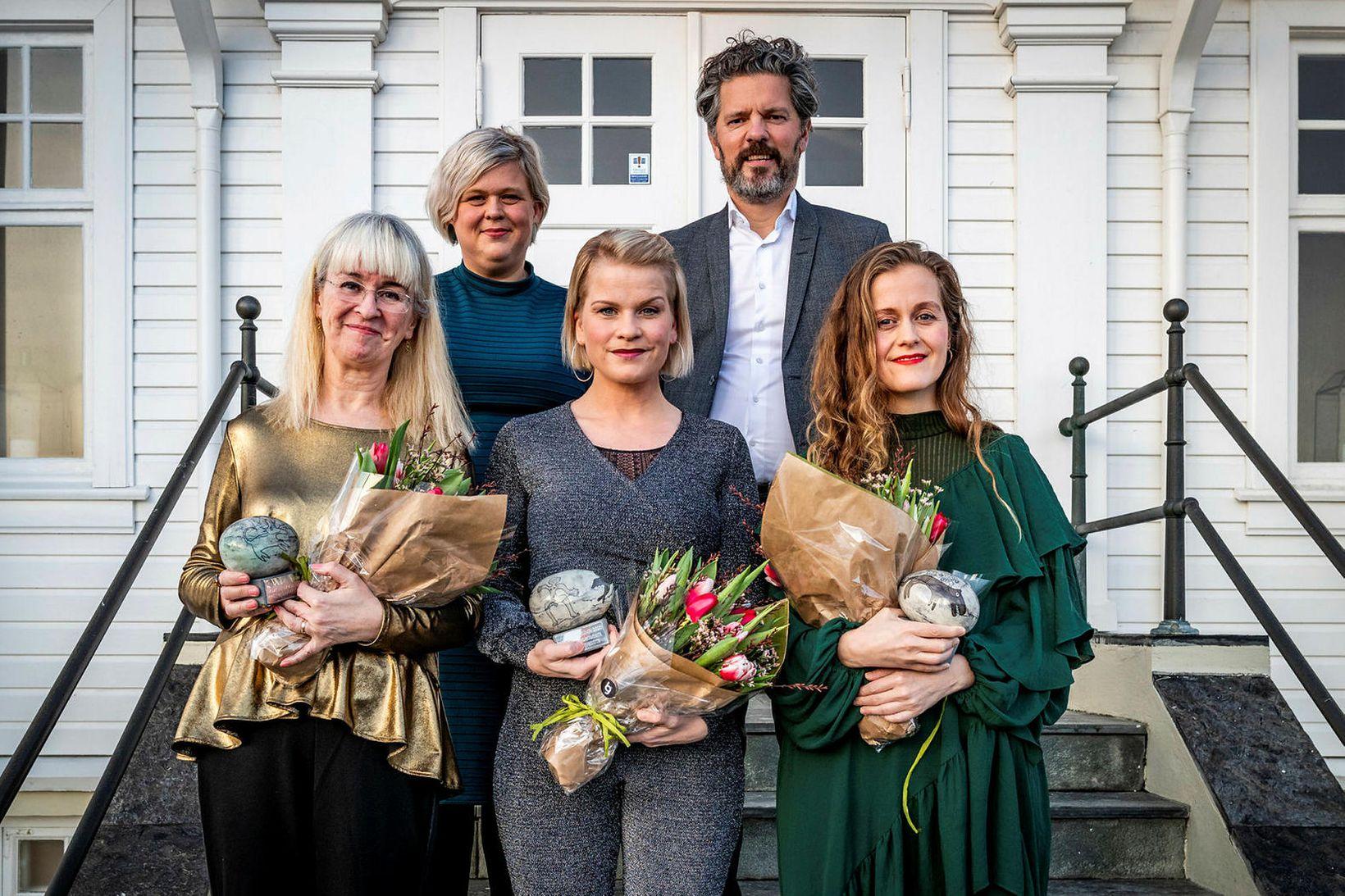 Verðlaunahafar Fjöruverðlaunanna sem afhent voru í janúar 2020. Frá vinstri …