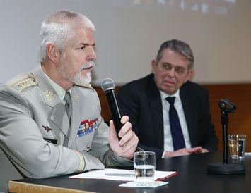 Petr Pavel, hershöfðingi og formaður hermálanefndar NATO, ásamt Birni Bjarnasyni, fyrrverandi ráðherra og formanni Varðbergs.
