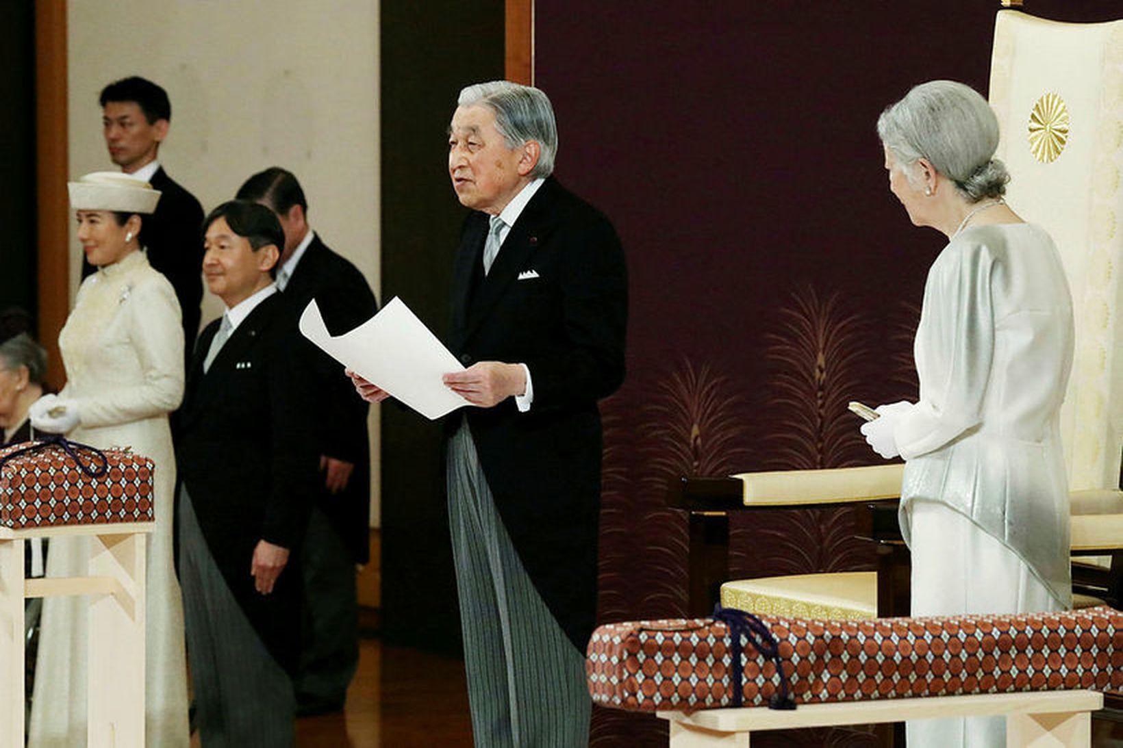Akihito Japanskeisari flytur hér ræðu sína við einn hluta afsagnarathafnarinnar.