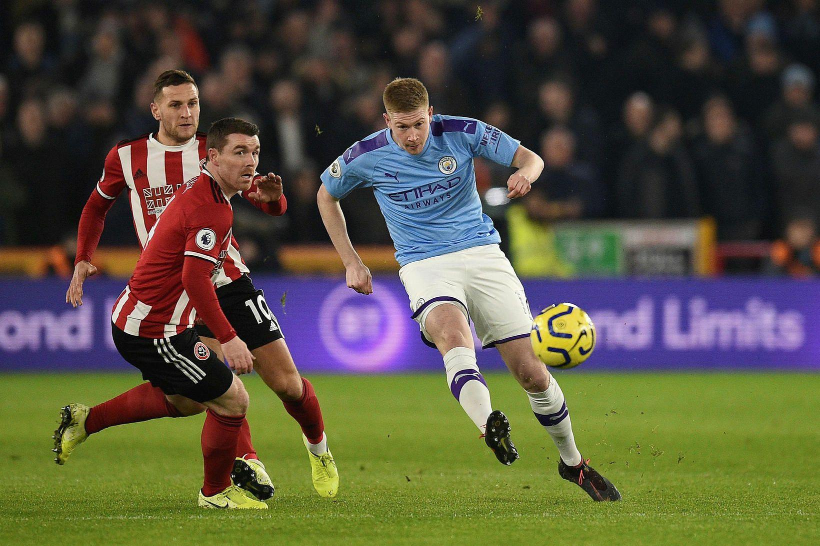 Kevin De Bruyne miðjumaður Manchester City reynir skot að marki …