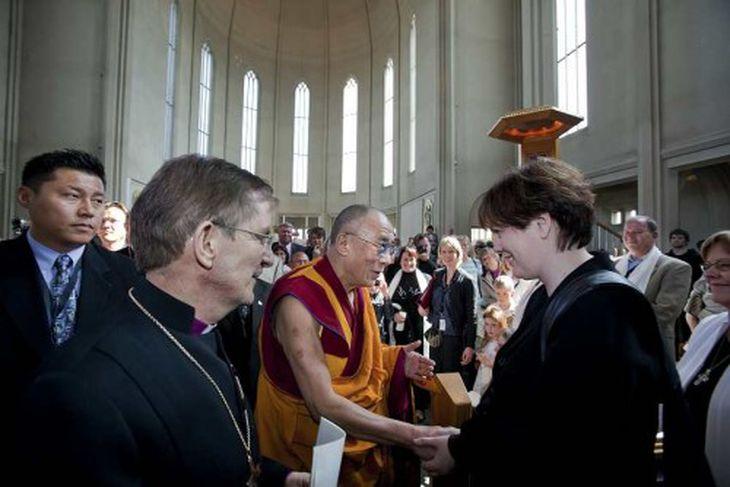 Svandís Svavarsdóttir, umhverfisráðherra, heilsar Dalai Lama.