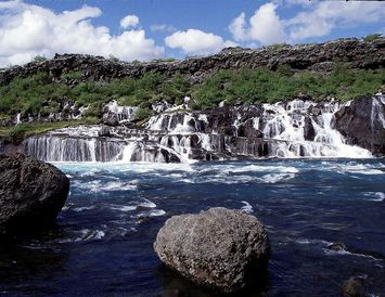 Hraunfossar falla undan Hallmundarhrauni og niður í Hvítá en Barnafoss er skammt ofan við fossana.
