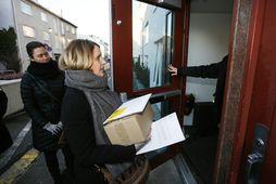 Íslandsdeild Amnesty International afhenti fulltrúum bandaríska sendiráðsins 7.773 undirskriftir í dag.
