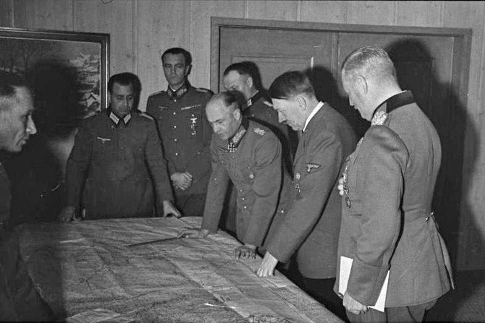 Adolf Hitler skoðar landakort með herforingjum sínum.