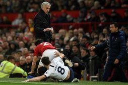 Harry Winks tæklar Daniel James, sem lendir á José Mourinho á Old Trafford í kvöld.