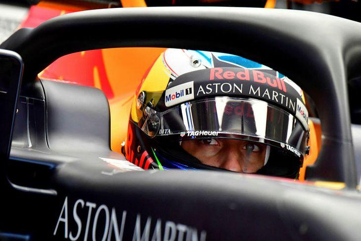 Daniel Ricciardo bíður milli aksturslota í bíl sínum.