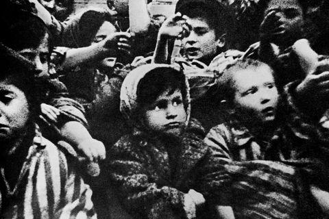 Skjáskot úr sovésku kvikmyndinni Auschwitz, sem gefin var út árið 1945. Hér sjást börn sem …