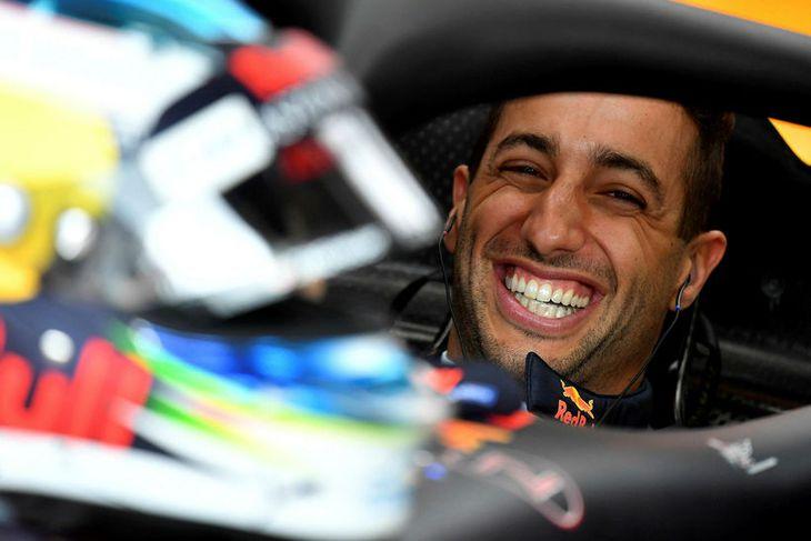 Daniel Ricciardo kátur í bíl sínum milli aksturslota í Mónakó í morgun.