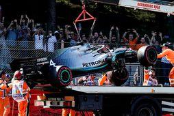 Tjónaður Mercedesbíll Lewis Hamilton hífður á brott eftir ákeyrslu á öryggisvegg í Spa.