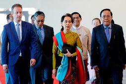 Aung San Suu Kyi á flugvellinum í höfuðborg Mjanmar, á leið sinni til Haag.