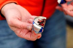 Red Bull-dósin sem var losuð af goggi álftarinnar við Urriðakotsvatn í dag. Hún hafði verið …