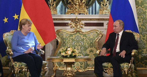 Vladimír Pútín og Angela Merkel í Kreml í dag.