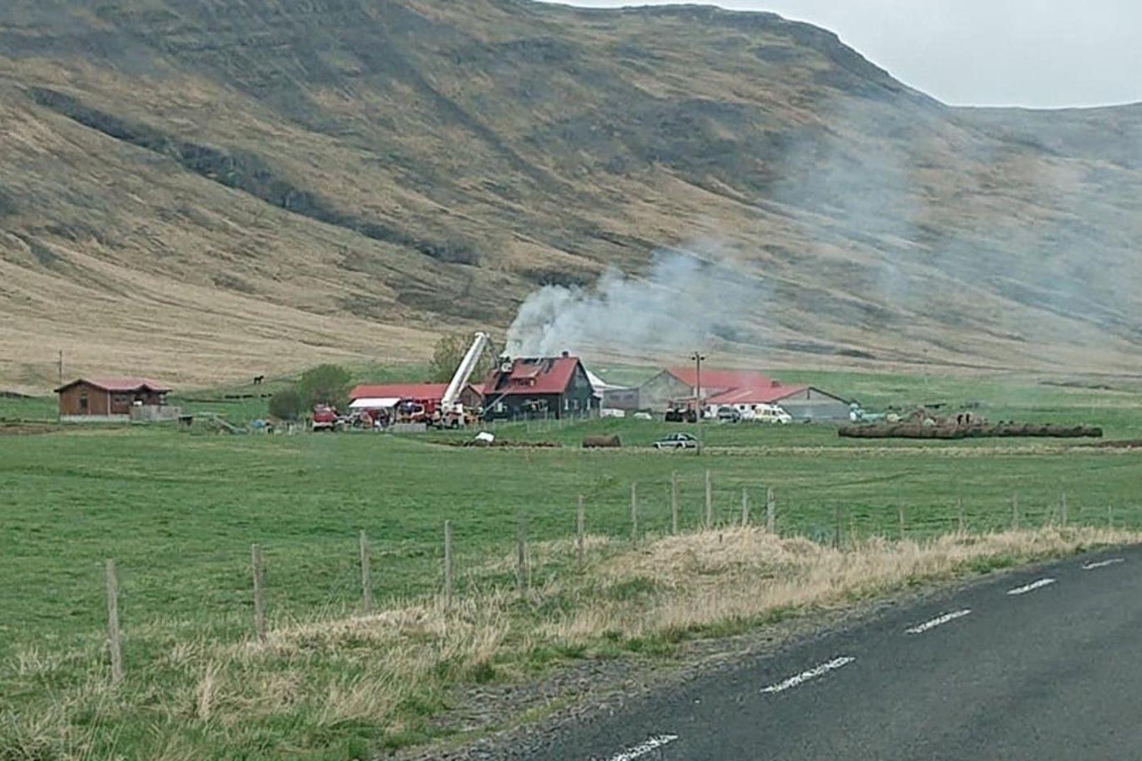 Eldurinn kviknaði á sveitabænum Snartarstöðum í Lundarreykjadal.