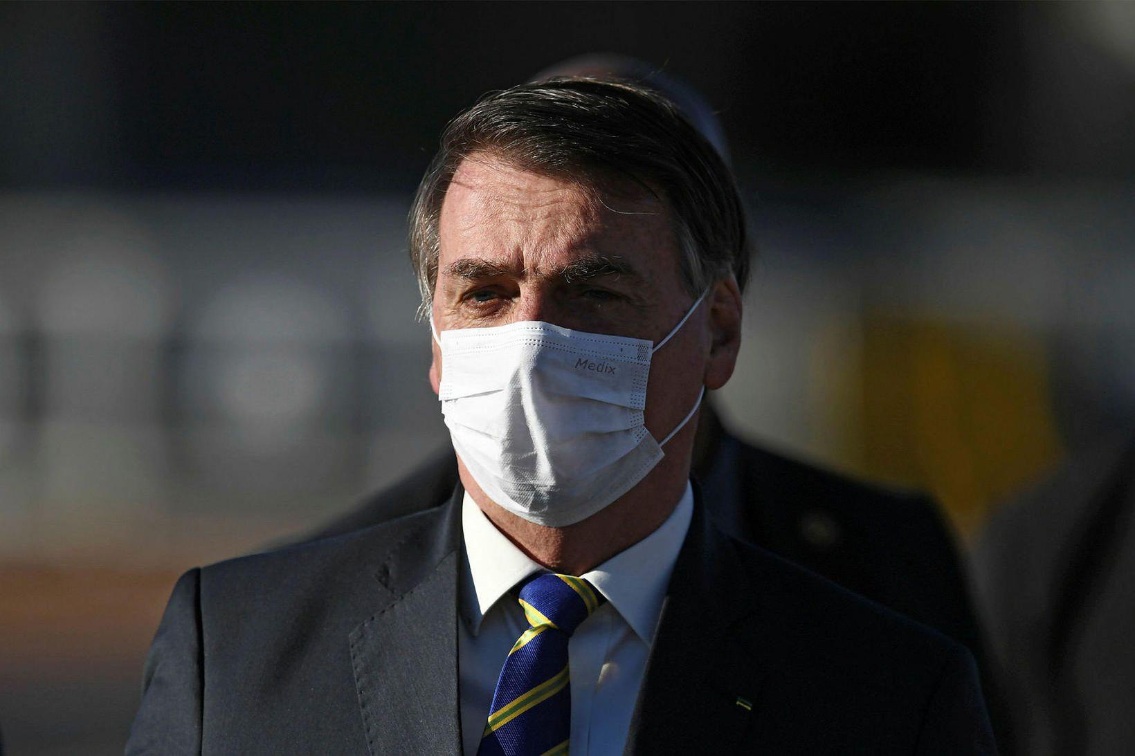 Jair Bolsonaro, forseti Brasilíu, neitaði lengi að ganga með grímu …