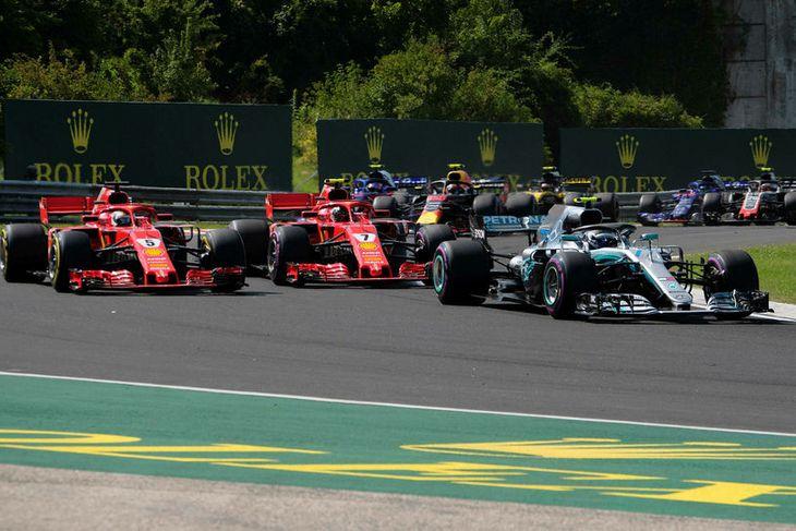 Valtteri Bottas hélt Sebastian Vettel (t.v.) og Kimi Räikkönen fyrir aftan sig nær keppnina út ...