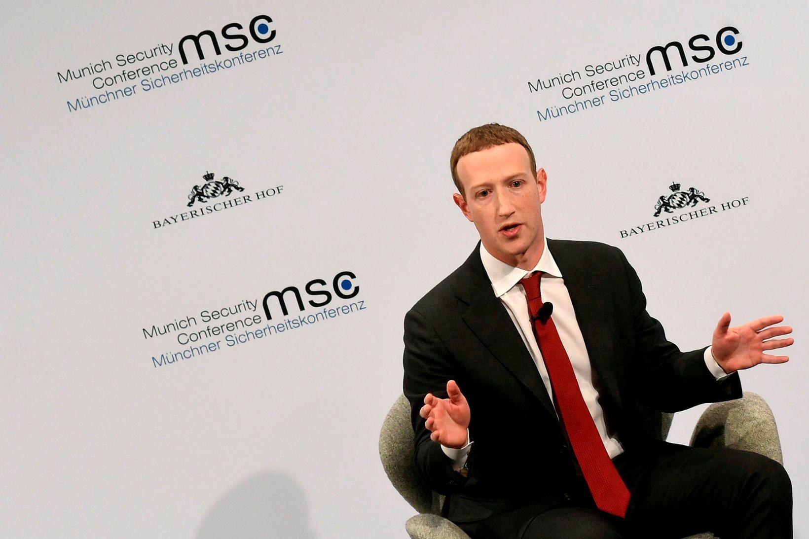 Mark Zuckerberg brá sér úr einkennisklæðnaðnum í dag, en hann …