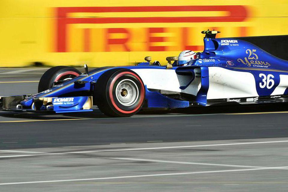 Ársgamlar Ferrarivélar knýja bíla Sauber. Hér er Antonio Giovinazzi á ferð í Melbourne.