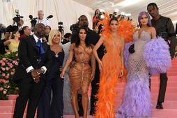 Móðir þeirra systra, Kris Jenner ásamt, Kim, Kendall, Kylie og mökum.