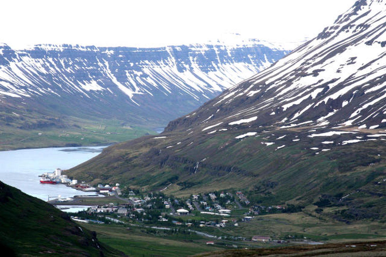 Frá Seyðisfirði. Bjólfur til hægri.