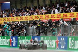 Lewis Hamilton ekur yfir marklínuna í kappakstrinum í Portimao í Portúgal rétt í þessu.