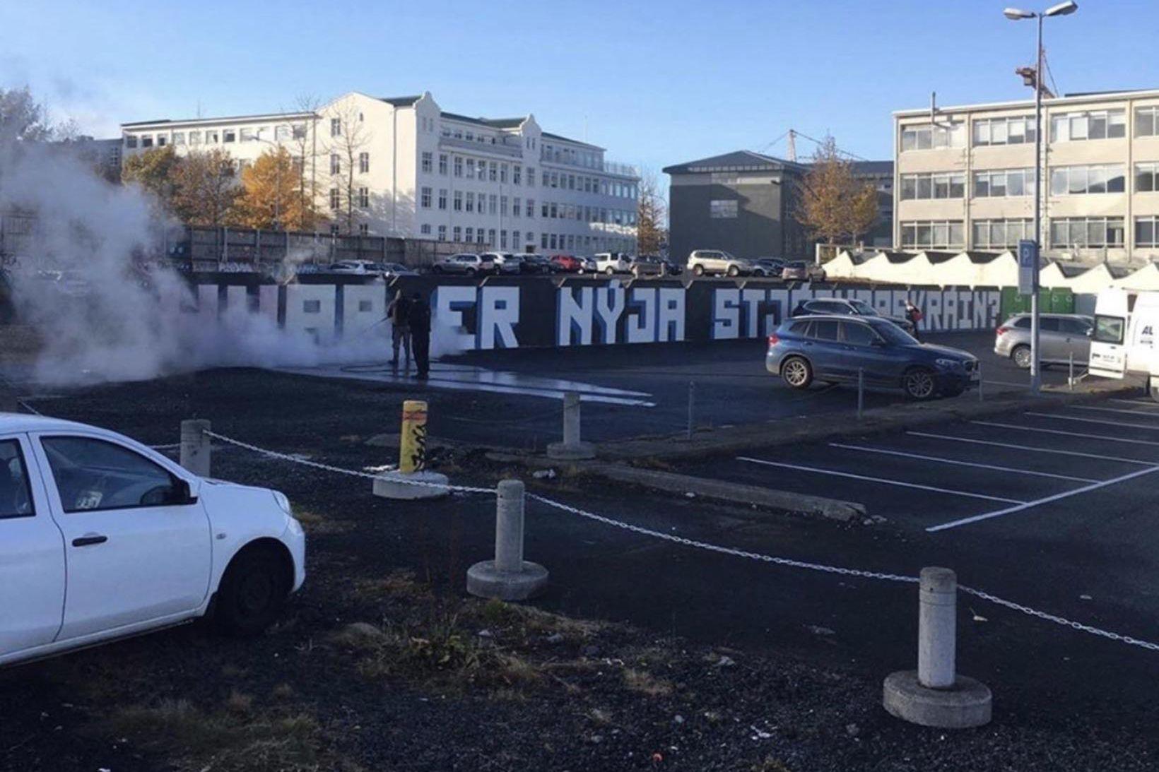"""Verið er að þvo vegg við Skúlagötu í Reykjavík: """"Hvar …"""