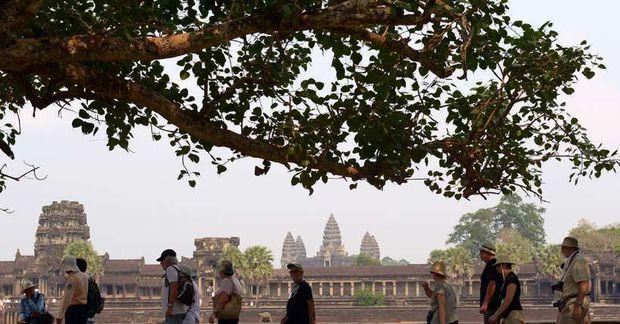 Ferðamenn heimsækja Angkor Wat hofið í Siem Reap í Kambódíu.