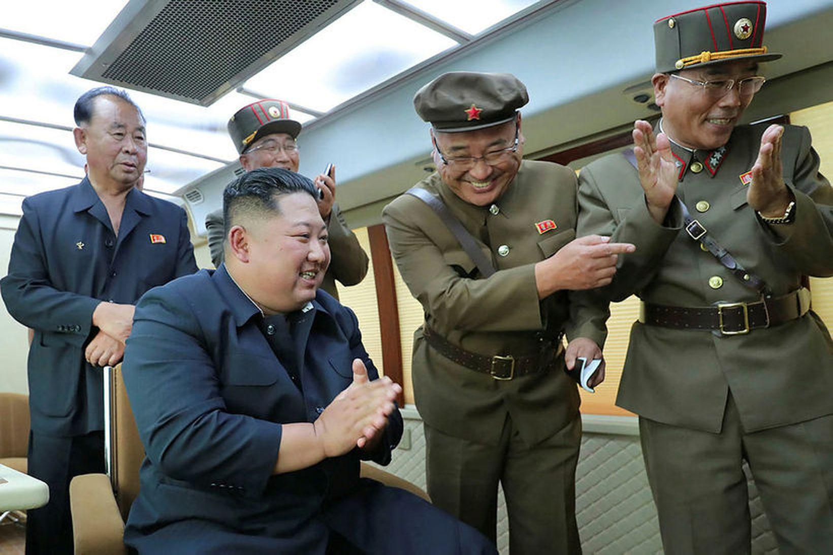 Kátt á hjalla. Kim Jong-un leiðtogi Norður-Kóreu fylgist með eldflaugatilrauninni …