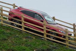 Aston Martin DBX á reynsluakstursbraut. Bresk stjórnvöld þrengja æ meira að bensínbílum.