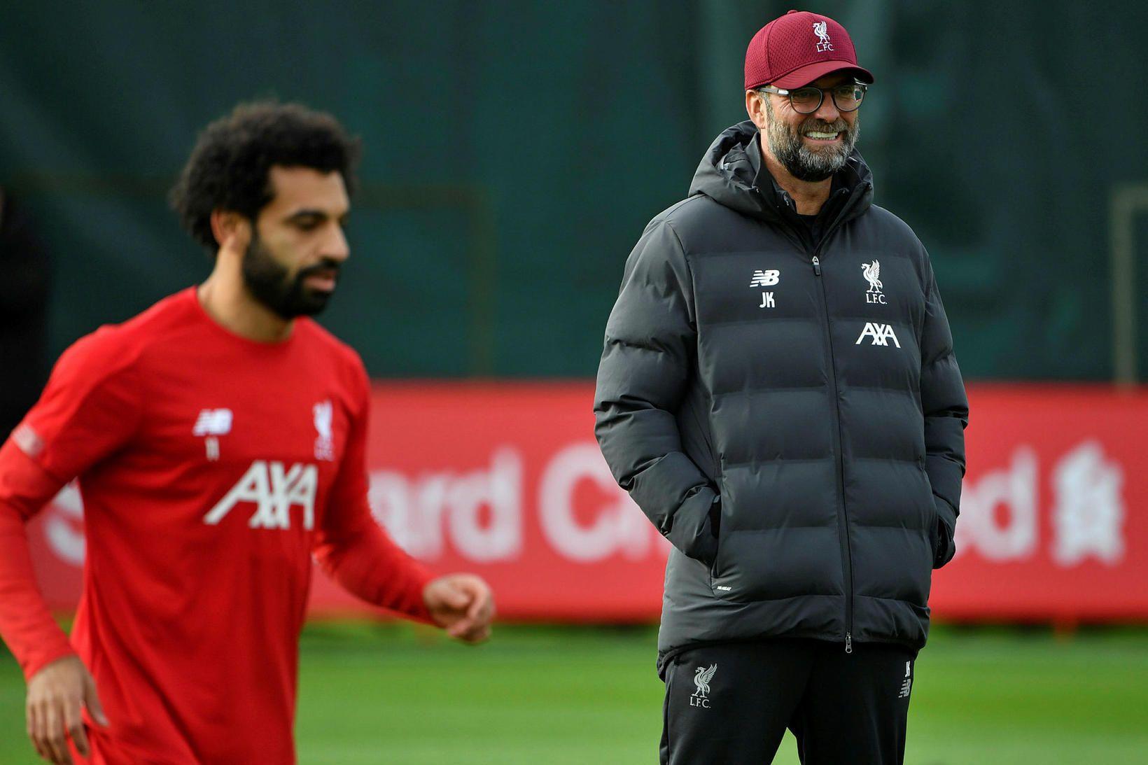 Jürgen Klopp og Mohamed Salah á æfingu Liverpool-liðsins í dag.