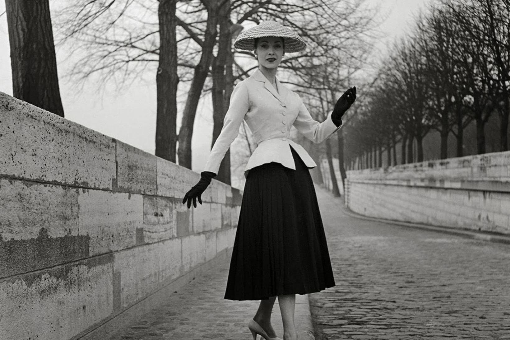 Fyrsta tískusýning Christian Dior einkenndist af kjólum og jökkum sem …