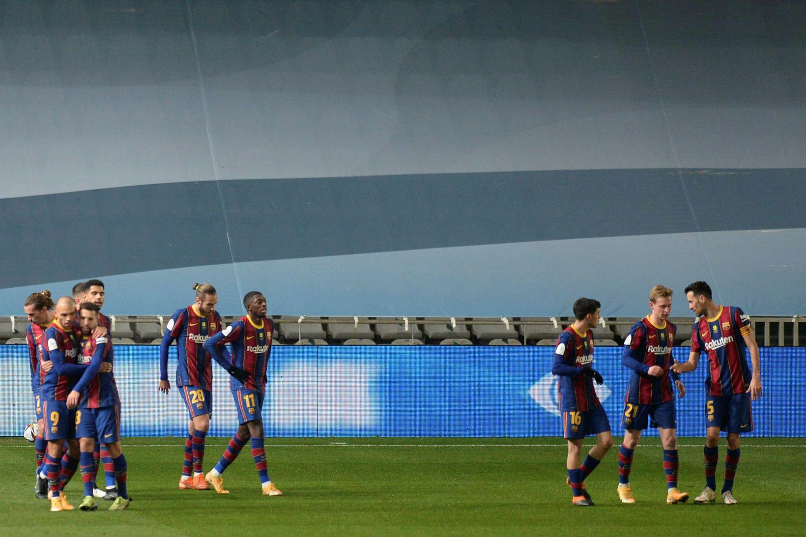 Leikmenn Barcelona fagna marki Frenkie de Jong í kvöld.
