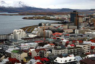 Hagfræðideild Landsbankans reiknar með 5% aukningu íbúðafjárfestingar í ár, óbreyttri stöðu á næsta ári og ...
