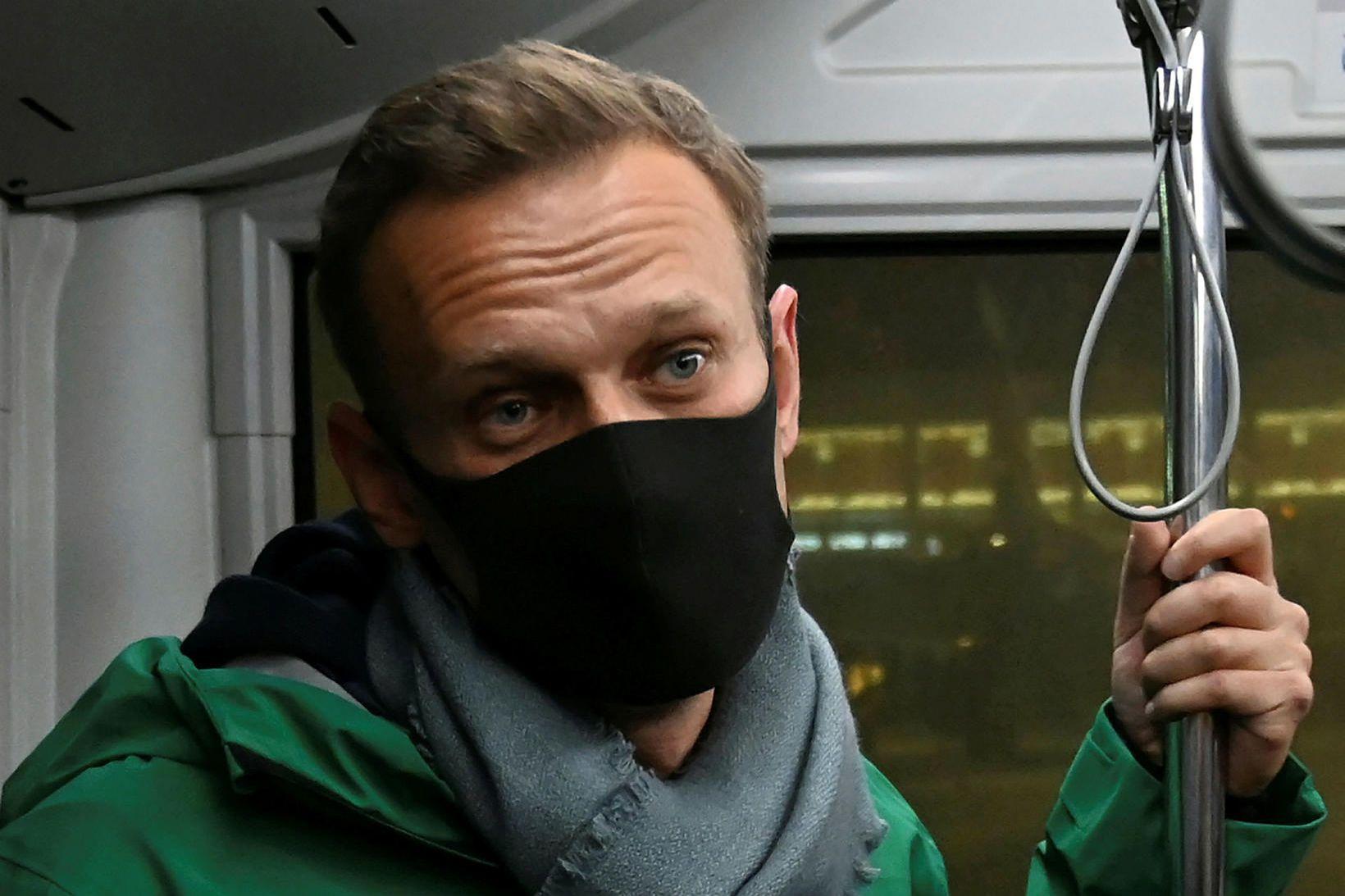 Navalní rétt eftir komuna til Moskvu í dag.